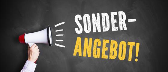 "Megafon vor Kreidetafel mit Slogan ""Sonder Angebot"""