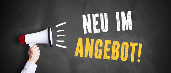 "Megafon vor Kreidetafel mit Slogan ""Neu im Angebot"""