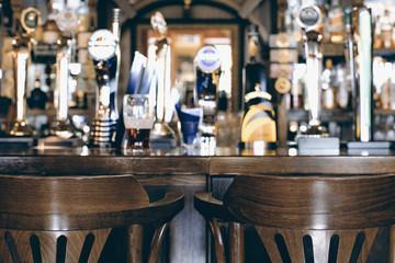 Biercafé, lange tafel met stoelen