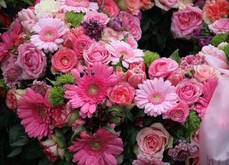Trauer - Ein letzter Gruß mit frischen Blumen nach Beerdigung