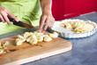 gros plan de femme qui fait une tarte aux pommes