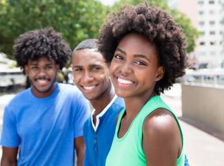 Drei sympathische afrikanische Jugendliche in der Stadt