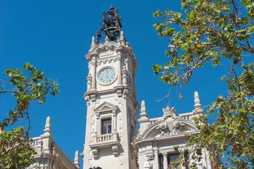 Detailansicht eines Gebäudes in Valencia vor blauem Himmel