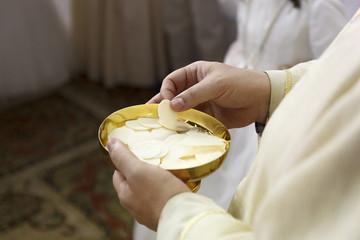 Comunión. Ceremonia religiosa. Comulgando. Ritual religioso.