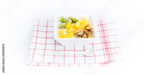 frische fr chte mit joghurt auf geschirrtuch. Black Bedroom Furniture Sets. Home Design Ideas