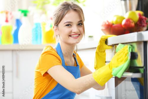 cleaning concept woman washes an oven in the kitchen stockfotos und lizenzfreie bilder auf. Black Bedroom Furniture Sets. Home Design Ideas