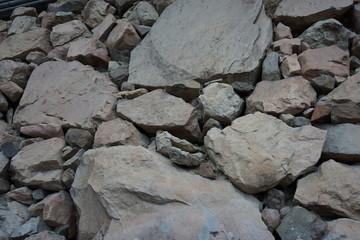 大小混ざった石の石垣