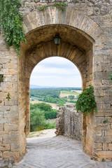 Średniowieczne drzwi prowadzące do Toskanii we Włoszech - 109454790
