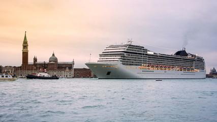 Kreuzfahrtschiff auf dem canal grande, Venedig, Italien