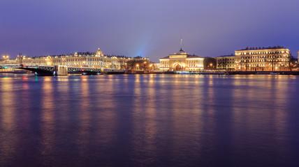 Blick über den Neva Fluss auf Sankt Petersburg bei Nacht