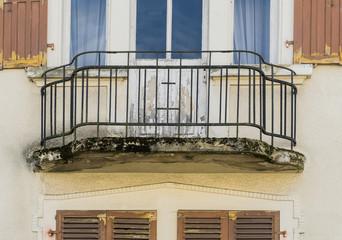 Baumangel – Balkon mit Wasserinfiltration Frostsprengung und Moosbewuchs