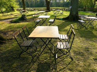 Gartentische und Bistrostühle im traditionellen Gartenlokal im Teutoburger Wald im Kreis Lippe