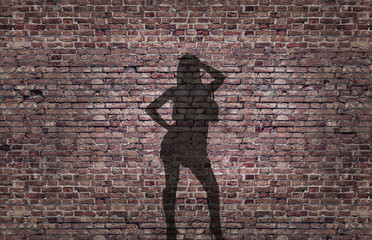 ombra di una prostituta sul muro di mattoni
