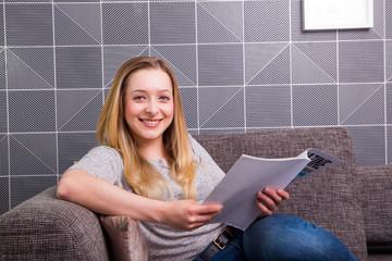 Junge Frau liest Zeitschrift