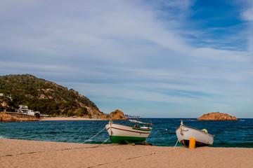 Barques catalanes sur la plage de Tossa de mar