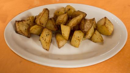 piatto di patate al forno