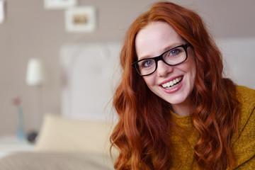 lachende frau mit brille zu hause