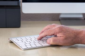 main qui actionne un clavier