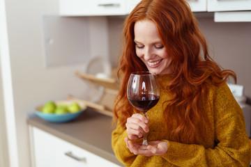 entspannte frau genießt ein glas rotwein