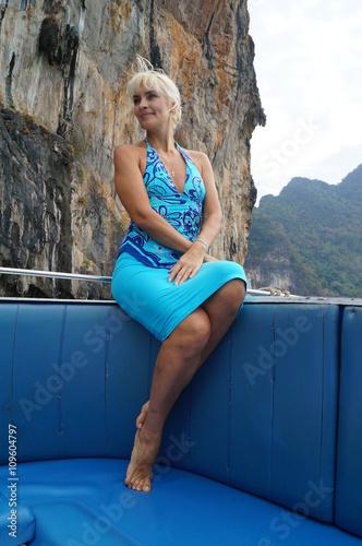 Блондинка в синим купальнике возле реки