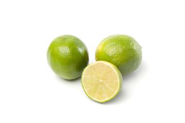 Grüne Limetten Früchte, Freisteller auf weissem Hintergrund