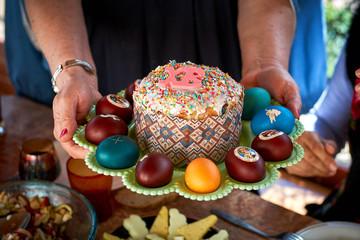 Традиционный русский пасхальный кулич на подносе с пасхальными яйцами