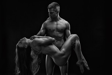 Stores photo Akt Nude sexy couple. Art photo of young adult man and woman. High contrast black and white muscular naked body