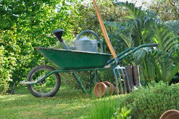 brouette et outils de jardinage dans potager