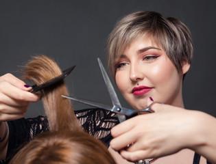 Friseurin schneidet Haare