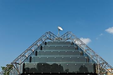 Pyramide mit Satellitenschüssel in Stuttgart, Deutschland