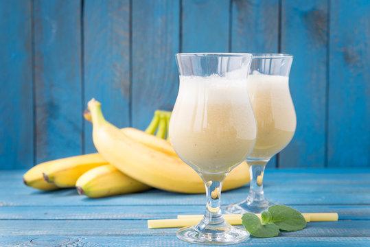 banana daiquiri in glass and bananas