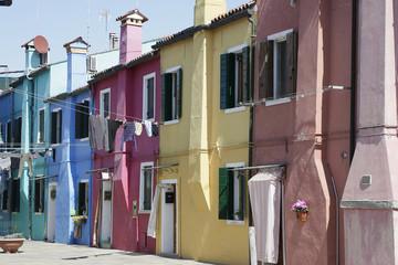 rue colorée typique de l'ile de Burano - Venise - Italie