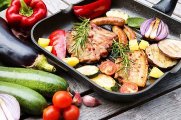 Grillen, Barbecue, Grillpfanne, Grillfleisch, Grillwürstchen, Grillgemüse, Copyspace