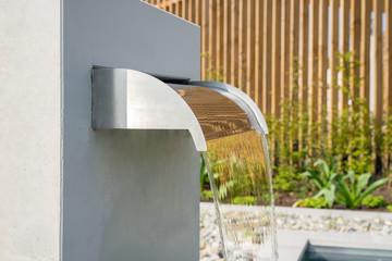 Moderner Wasserfall aus Edelstahl im Garten