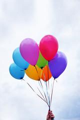Luftballons, balloons, bunt, Himmel, Hand, Hochformat, Textraum, Copyspace, Hand hält bunte Luftballons