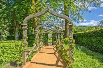 promenade dans les jardins d'Eyrignac au printemps