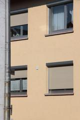 Hausfassade mit Fenster und Rollladen