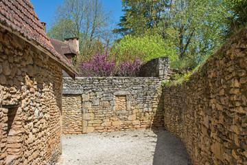 ruelle dans un village du périgord