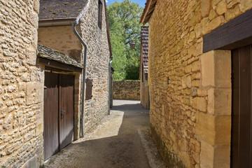 ruelle pittoresque dans un village du périgord