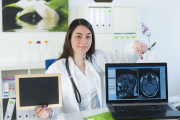 Äztin bzw. Arzthelferin mit MRT Röntgenbild auf Computer
