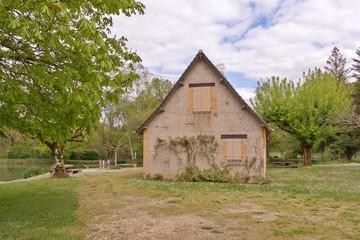 maison à la campagne en bordure d'un étang