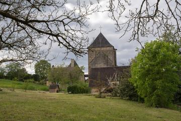 église et habitation à Auriac en Périgord