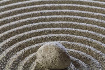 Photo sur Plexiglas Zen pierres a sable Stones and a line on the sand.