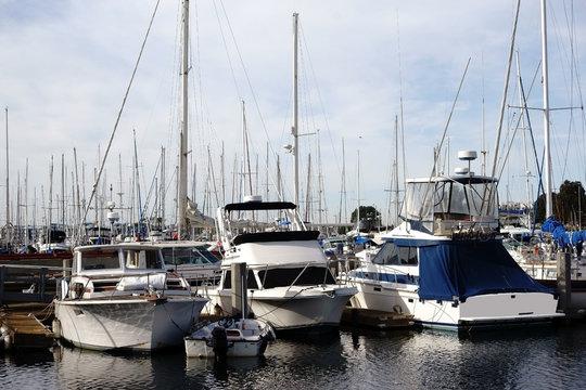 Segelboothafen Marina del Ray / Ein Segelboothafen mit einer großen Anzahl von Segelbooten im Freizeithafen Marina del Ray in Los Angeles.