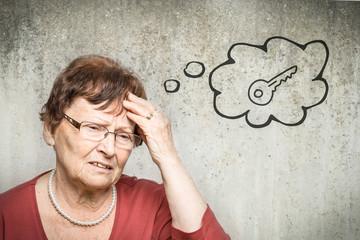 Rentnerin denkt an Schlüssel
