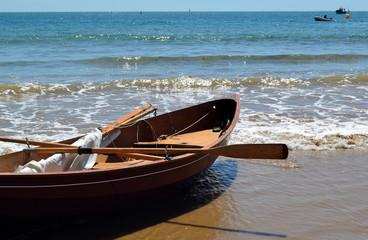 Barque en bois échouée sur un rivage