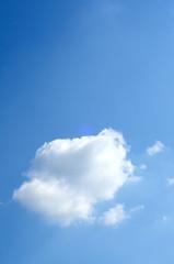 cumulo in un bel cielo azzurro, verticale