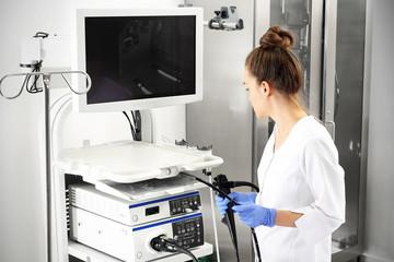 Fototapeta Lekarz gastrolog z sondą do wykonywania gastroskopii i kolonoskopii obraz
