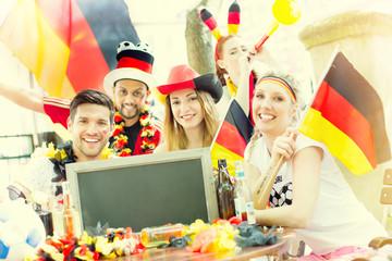 Fussballfans Deutschland im Biergarten public viewing