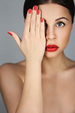 Красный маникюр и красные губы в портрете прекрасной девушки (софт фокус)